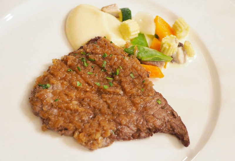 シャリアピンステーキは、日本発祥の肉料理です